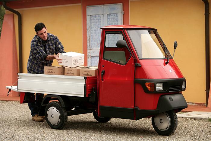 die kleine ape 50 von piaggio ist ein leichtkraftfahrzeug 40 km h mopedauto. Black Bedroom Furniture Sets. Home Design Ideas