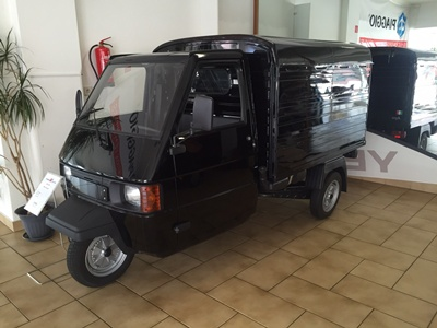 die kleine ape 50 von piaggio ist ein leichtkraftfahrzeug. Black Bedroom Furniture Sets. Home Design Ideas